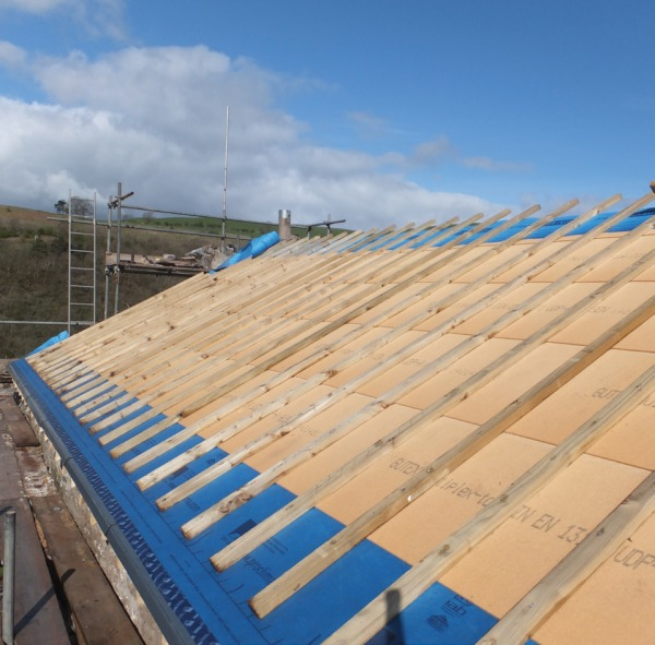 Roof insulated with natural wood fibre